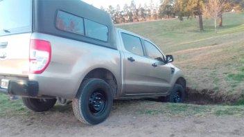Camioneta cayó en una cuneta y quedó estancada