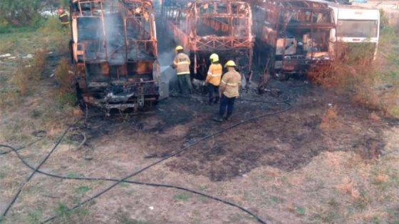 Se incendiaron tres colectivos en Paraná: investigan si fue intencional