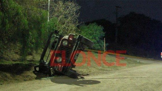 Un jeep perdió el control y volcó en un camino de broza en Paraná