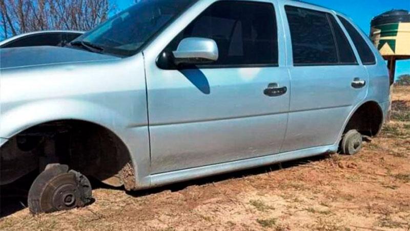 Fueron a pescar y cuando regresaron, les habían robado las ruedas del auto.