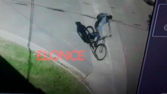 Video: forzó la puerta, robó en una casa de Paraná y se fue en bicicleta