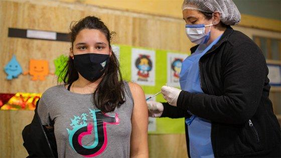Vacunación contra covid: inscriben a niños y adolescentes sin factores de riesgo