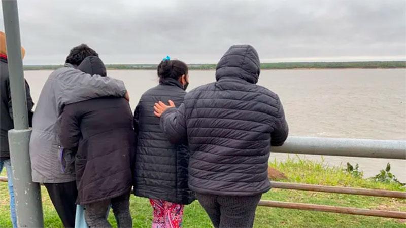 Familiares de Nicolás Verón en la zona, donde cayó el joven.
