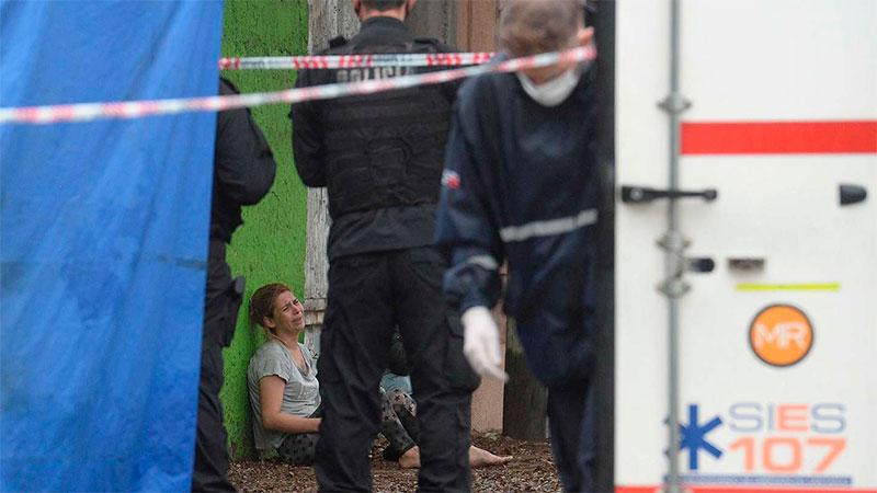 Una mujer llora con policías a su alrededor. Era familiar de Elías Salinas.