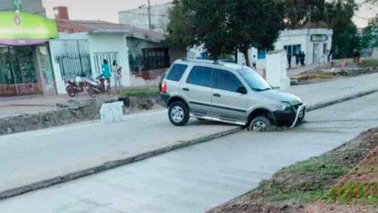 Camioneta ingresó a obra de Av. Zanni y se