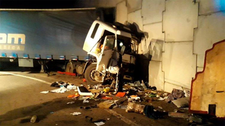 Camionero impactó de frente contra un paredón y falleció
