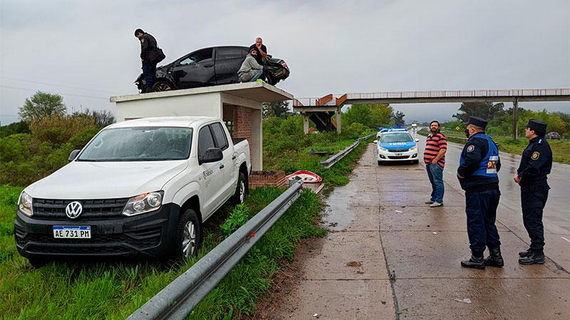 Un auto despistó y quedó arriba de una garita de colectivos en Ruta 14:  fotos - Policiales - Elonce.com