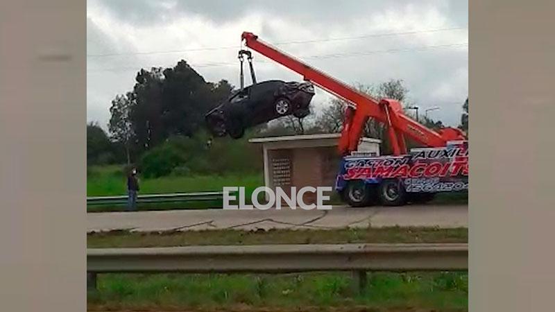 Video: Así retiraron con grúa el auto que quedó sobre una garita de colectivos