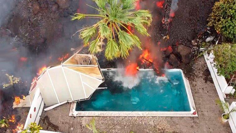 Video: una montaña de lava se vierte en una pileta y hace 'hervir' el agua
