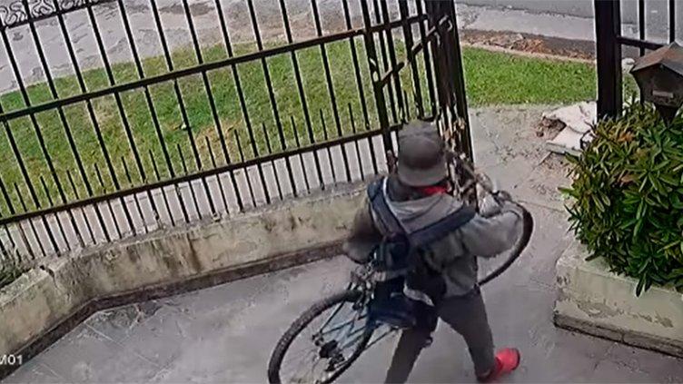 Video: En menos de 20 segundos robó bicicleta que estaba en una casa en Paraná