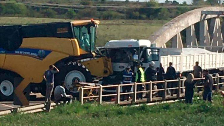 Un camión y una máquina agrícola chocaron en el Puente Blanco