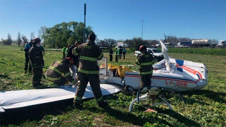 Una avioneta se precipitó cerca de una autopista y reportaron dos fallecidos
