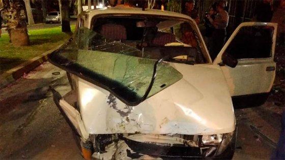 Conductor destrozó su auto al chocarlo contra un árbol en playa de Paraná