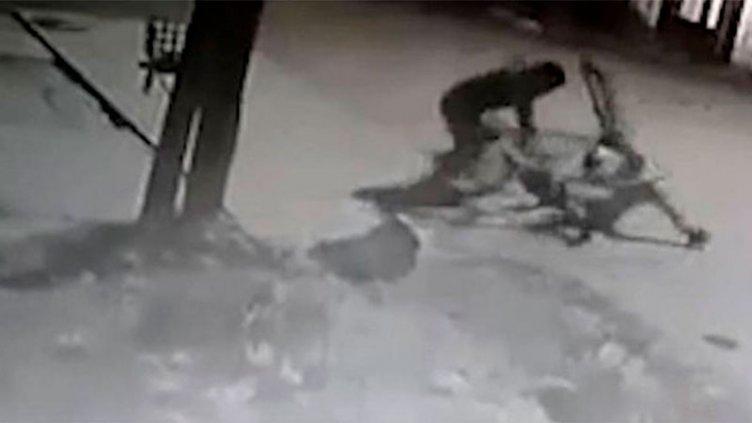 Video: murió el ladrón que fue apaleado por cadete al que le robó la bicicleta