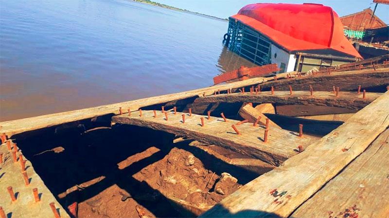 Antigua barcaza que hundida en el puerto quedó a la vista por la bajante.
