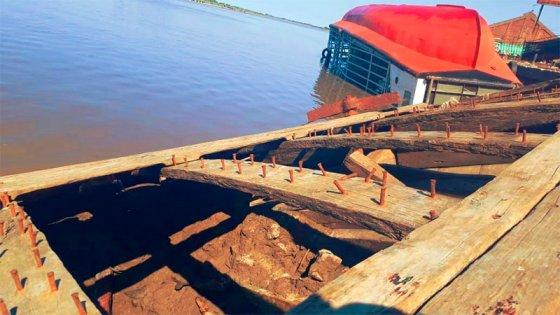 Antigua barcaza hundida en puerto quedó a la vista por la bajante del río: fotos