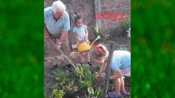 El abuelo de 95 años que enseña a sus bisnietas a cultivar en su huerta familiar