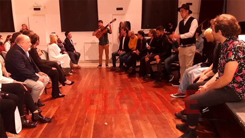 Los presentes disfrutaron de una cantata durante el estreno.-