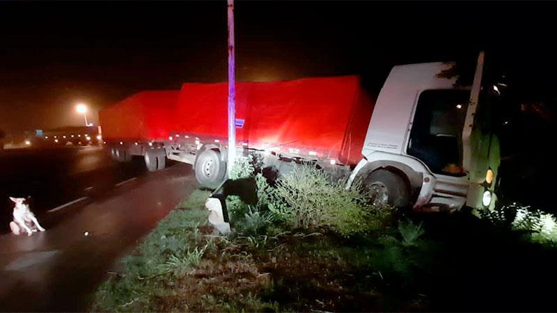 Camión despistó en cruce de la Ruta Nacional 12.