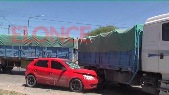 Por una mala maniobra, chocaron un auto y un camión en transitada avenida