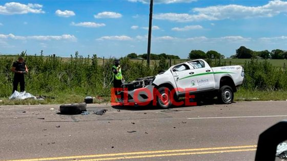 Impresionante choque: camioneta quedó sin su techo tras impactar con un camión
