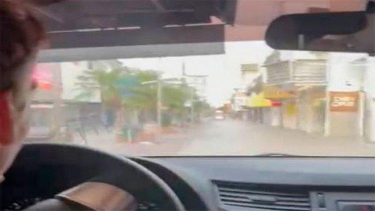 Video insólito: se paseó con su auto por la peatonal y transitó en una plaza