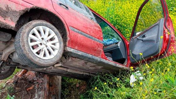 """Tremendo despiste y vuelco de un auto que quedó """"de punta"""" en alcantarilla"""