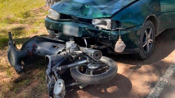 Un motociclista quedó internado en terapia intensiva tras chocar con un auto