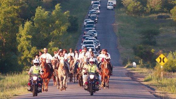 Llevaron a caballo las cenizas de empresario fallecido y las arrojaron al río