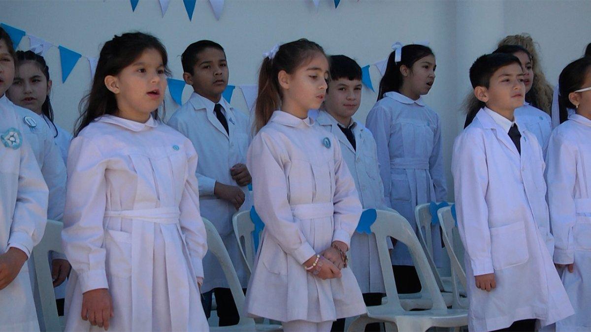 """La Escuela """"Santa Fe"""" hizo el acto en la vereda."""