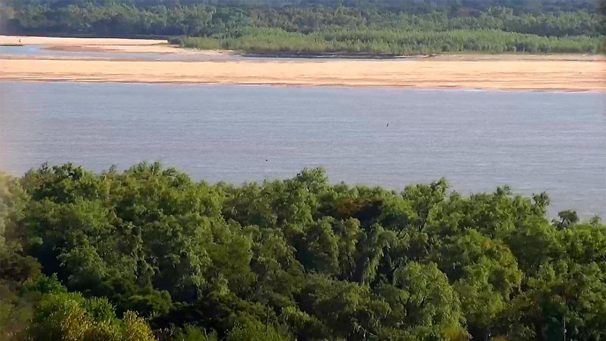 Así se ve la histórica bajante en la costa de Paraná.