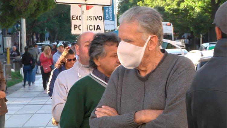 Cuarentena: Largas filas de jubilados y beneficiarios sociales en los bancos