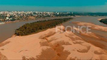 La bajante del río y el gran banco de arena frente al puerto de Paraná
