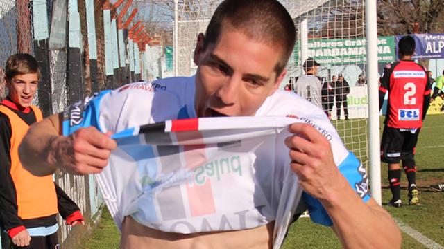 El punta festejando un gol ante Patronato cuando vestía los colores de Brown.