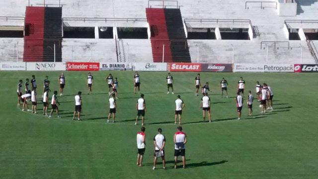 Delfino sigue de cerca el movimiento de sus futbolistas. (Foto:Prensa Patronato)