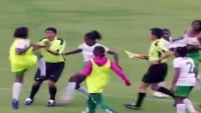 Los incidentes entre las jugadoras de Esmeralda y Cotopaxi. (Captura TV)