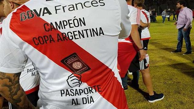 Los jugadores tenían preparada la camiseta con la gastada al clásico rival.