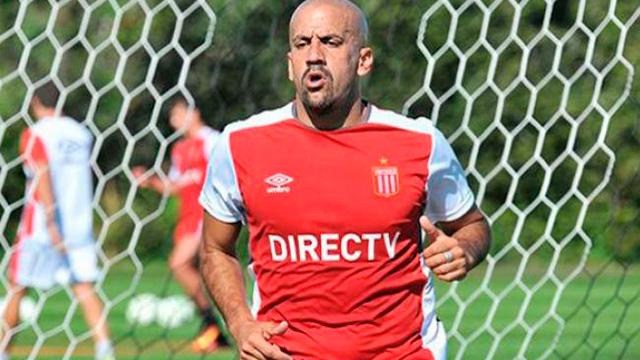 Verón entrenó con el plantel y sembró la duda sobre su continuidad como jugador.