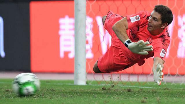 Dibu Atajó dos penales y los Gunners se llevaron el triunfo ante los Bávaros.