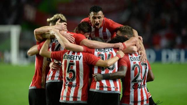 Estudiantes lo dio vuelta en el final y venció a Arsenal.