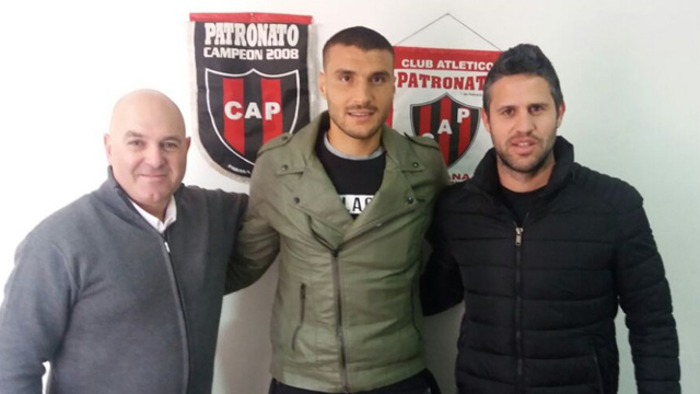 Ribas llegó a la capital entrerriana y firmó contrato. (Twitter Patronato)