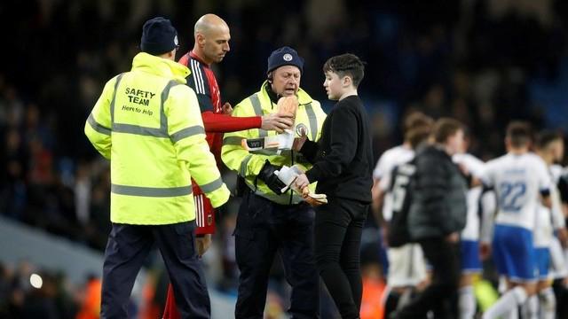 Gran gesto del guardametas entrerriano con un niño en Manchester.
