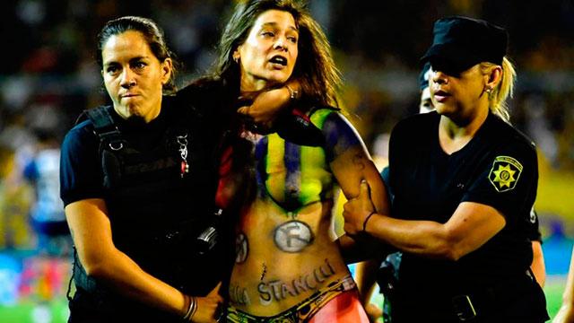 Una chica semidesnuda invadió la cancha en pleno Central-River.