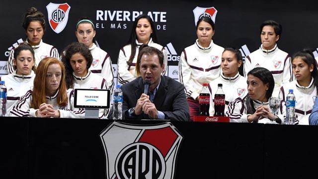 River presentó al plantel femenino con la firma de 15 contratos profesionales.