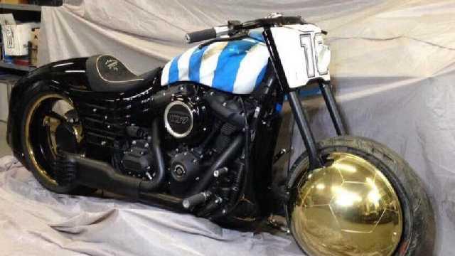 La Harley de Diego, con su firma, el 10, la bandera argentina y una pelota.