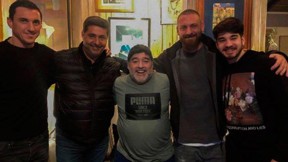 Daniele De Rossi visitó a Diego Maradona.