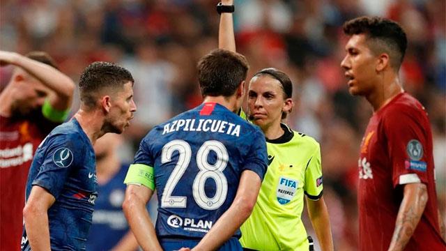 Frappart amonestado al capitán de Chelsea.