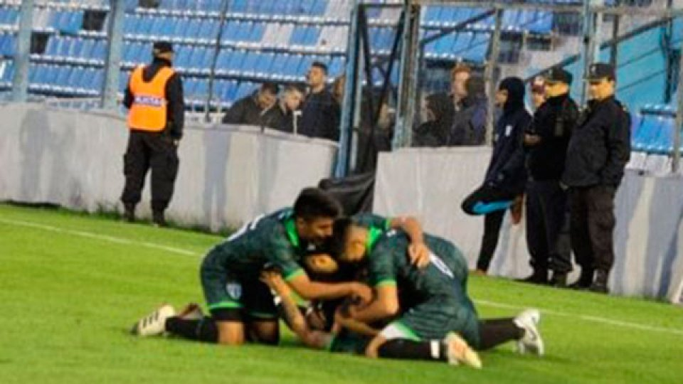 Estudiantes de San Luis le ganó a Barracas y pasó a octavos.