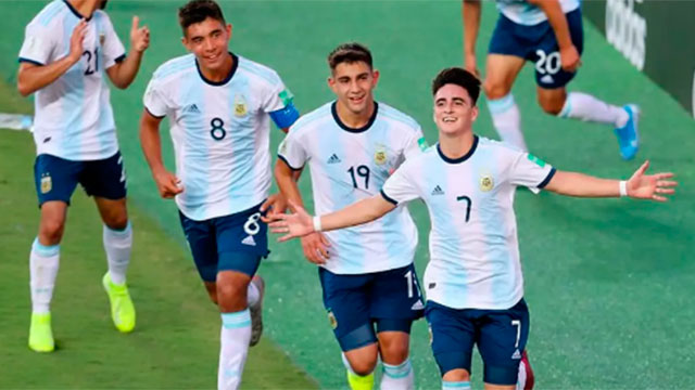 Argentina enfrenta a Paraguay por los octavos de final.