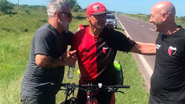 El hincha de Colón que viaja en bicicleta a Paraguay llegó a Resistencia.